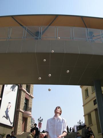 Oliver Pinchbeck Juggling 9 Balls