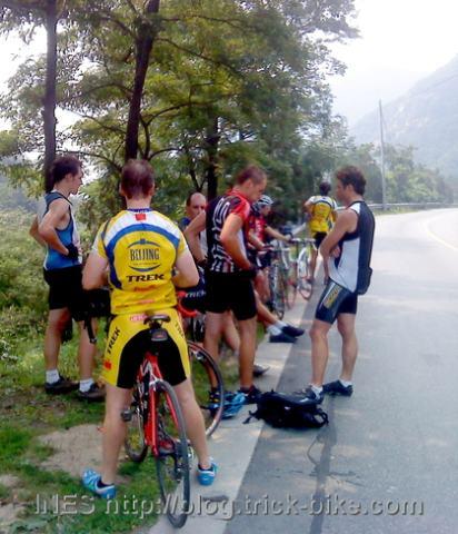 Cyclists after reaching the Yun Gu Shan Summit