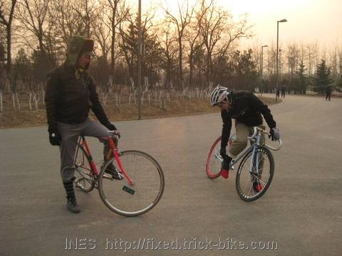 Explaining the use of plastic bags for warm feet in winter cycling