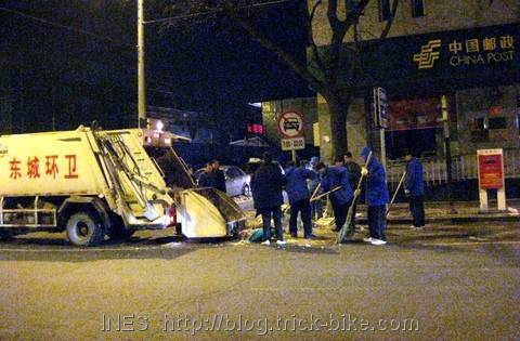 Beijing Shovels the Huge Amount of Snow into Garbage Trucks