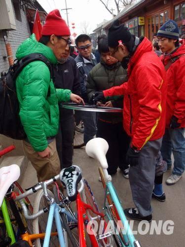 自行车爱好者们在胡同内交流 at Natooke Opening Party
