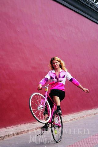 "Fashion Weekly Article: 伊泉 - 在北京街头""死飞"" Ines Brunn"