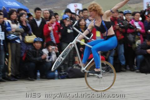 从德国请来的自行车表演艺术家伊泉