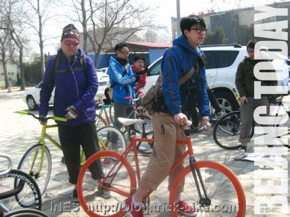 Smarter Than Car's spring ride gathers 40 participants with fixed-gear bikes. Photo by Ines Brunn