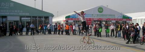 Big circle of people watching Ines amazing bike tricks