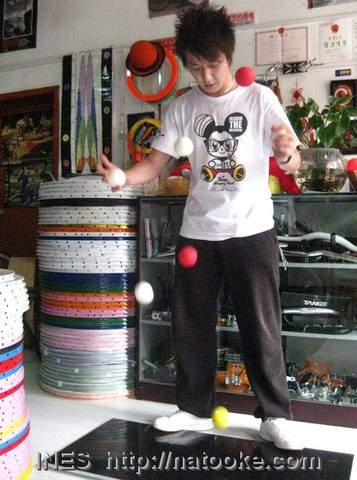 Professional Juggler bouncing 7 Balls in Natooke