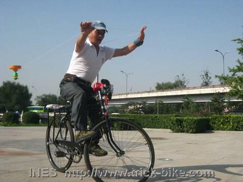 Diabolo with a Sling on a Bike