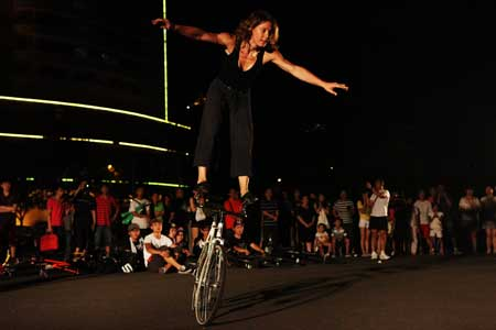 Fixed gear fanatic Ines Brunn showing a few tricks. Photo: Guo Yingguang
