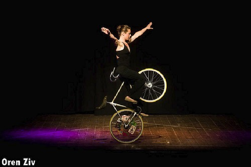 Ines Brunn performing at the Israeli Juggling Convention